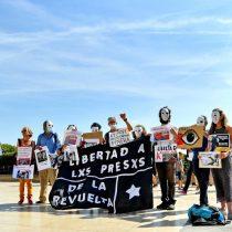 Grupo de personas se manifiesta en Francia en contra del Presidente Piñera durante su visita a ese país