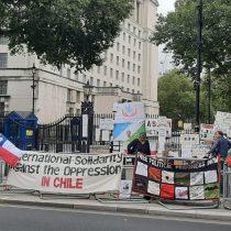 """Lo acusan de """"intentar limpiar su imagen internacional"""": Chilenos en Reino Unido realizan protesta en medio de la visita del Presidente Piñera a Boris Johnson"""