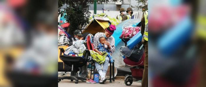 """""""Expuestas al espacio público en condiciones de extrema vulnerabilidad"""": sin garantías de protección mujeres y niños sufren desalojo migrante sin precedentes en Iquique"""