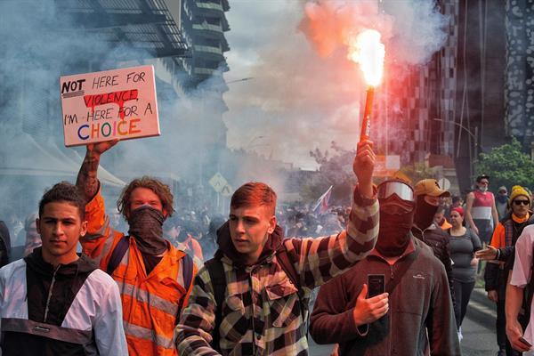 Una decena de detenidos en tercer día de intensas protestas antivacunas en Melbourne