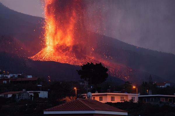 La lava avanza más lenta en La Palma y colada se ensancha a más de 500 metros