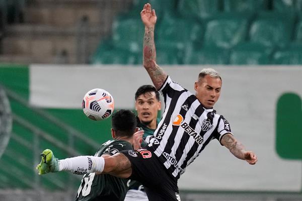 Palmeiras y Atlético Mineiro no se hicieron daño en la semifinal de ida de la Libertadores que tuvo duelo de chilenos