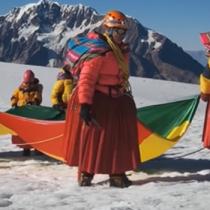 Andinistas bolivianas baten récord: jugaron fútbol a casi 6 mil metros de altitud