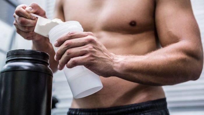 La peligrosa moda de ingerir polvos proteicos en seco antes de hacer ejercicio