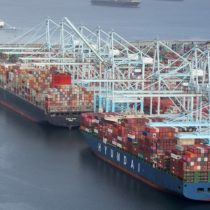 Crisis de los contenedores: ¿por qué hay tantos barcos haciendo fila para entrar a Estados Unidos?