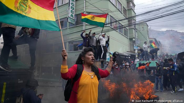 Cocaleros bolivianos retoman sede tras enfrentamientos con la Policía