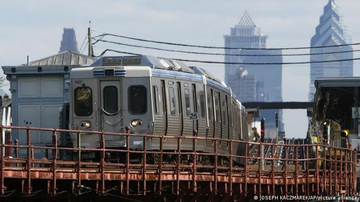 Mujer es violada en un tren en Estados Unidos mientras pasajeros no hacen nada, según la policía