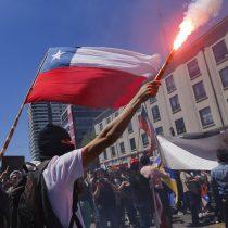 """Encuesta Latinobarómetro arroja que el 86% cree que en Chile """"se gobierna para grupos poderosos"""" pero es de los que más confía en la democracia en la región"""