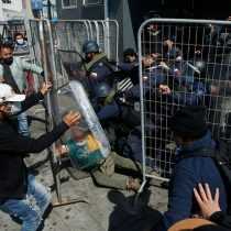 Protesta de pescadores en Valparaíso: Armada instala reja en muelle Prat y manifestantes increpan a gobernador marítimo