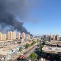 Confirman fallecido envoraz incendio que afectó a bodegas en Macul