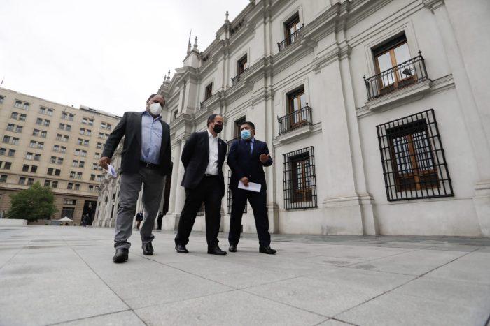 Gobernador regional del Biobío y alcaldes llegan a La Moneda para entablar diálogo con el Gobierno para solucionar crisis de violencia en el sur