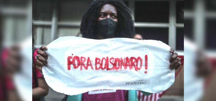 Mujeres protestan contra veto de Bolsonaro a distribución gratis de tampones