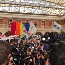 Integrantes de la FEUC se manifestaron en contra de José Antonio Kast desplegando bandera LGBT+ mientras se encontraba en la Universidad Católica
